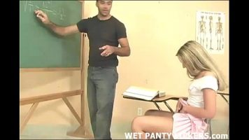 Studenta buna de pula care isi da jos chiloteii in fata unui profesor si incepe sa isi