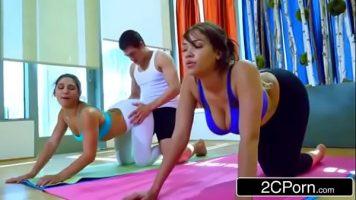 Senzatie majora cu o instructoare de yoga ce invata pe un tip
