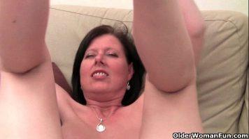 Tarfa roscata matura care ne arata cum trebuie femeile sa se excite singure