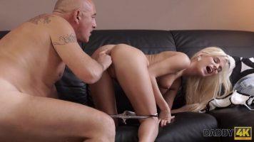 Fetita pe tocuri blonda care face sex foarte intens cu un barbat chelios