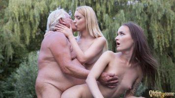 Sex in grup la tenis intre un barbat in varsta si doua tinere cu sani mici