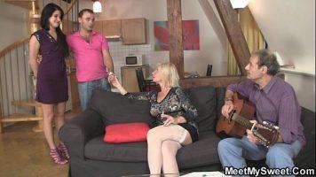 Fac orgie sexuala in gurp aceste femei mature care ajung acasa la un chitarist ce plateste