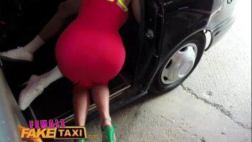Poarta fusta foarte sexy acest sofer de taxiu si doreste cat mai multa pula in ea