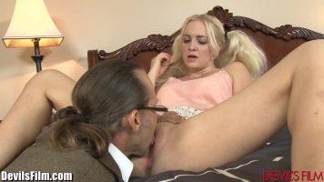 Blonda cu sanii mici care primeste limbi la pizda si la borta curului de la un barbat