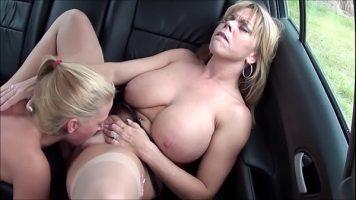 Blonde tatoase care isi dau limbi in pizda una celeilalte pe bancheta unei masini