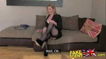 Blonda cu bucile mari ce face sex anal si sex oral unui tip dispus sa o plateasca