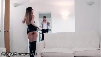 Este dezbracata in fata oglinzii si se pregateste sa faca sex cu un client foarte