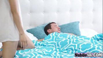 Are chef de sex dimineata si isi trezeste prietenul pentru a profita de pula lui
