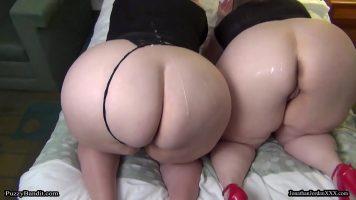 Doua femei mature grase fac sex cu un barbat de culoare care poarta o sapca pe cap pe toat
