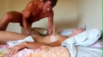 In dormitor face sex cu prietena lui care se dedica in totalitate pentru a se simti bine