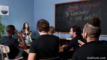 La un curs de sexologie profesoara le indica studentilor cum trebuie sa o abordeze