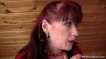 Femeie in varsta cu parul roscat care se atinge la pizda cu un dildo